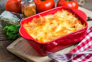 lasagne-savoureux-dans-un-conteneur-roug