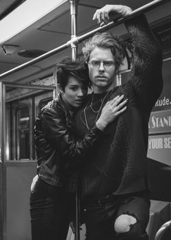 Jeune couple en ville