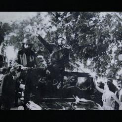 Ché, Camilo, Fidel y yo... creo que llegábamos a la Habana... - Graphite, diamond dust and glass on photograph - 84cm x 112cm - 2008