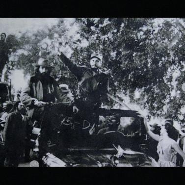 Ché, Camilo, Fidel y yo... creo que llegábamos a la Havana... - Graphite, diamond dust and glass on photograph - 84cm x 112cm - 2008