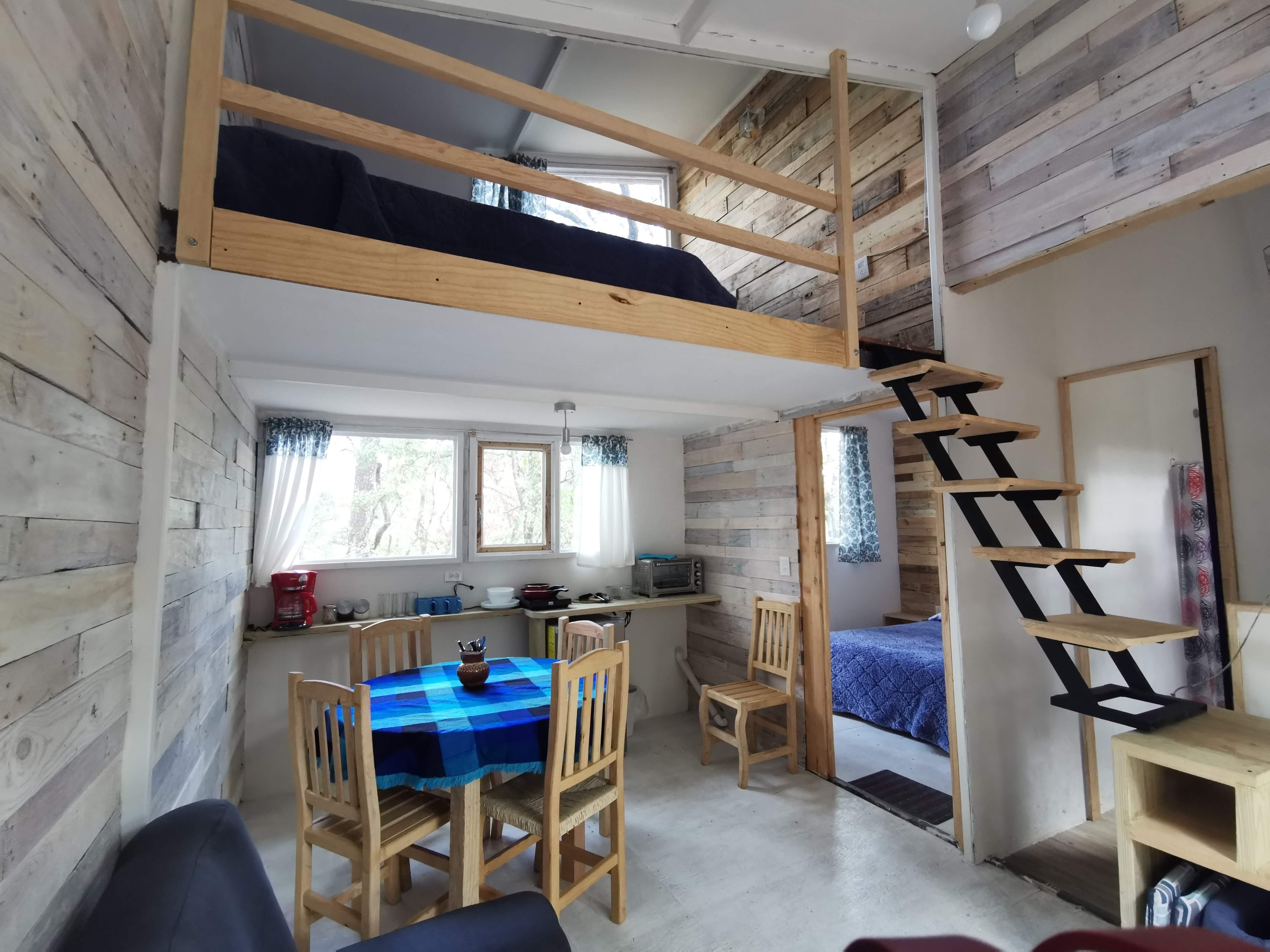 Pinochueco interior cabaña azul