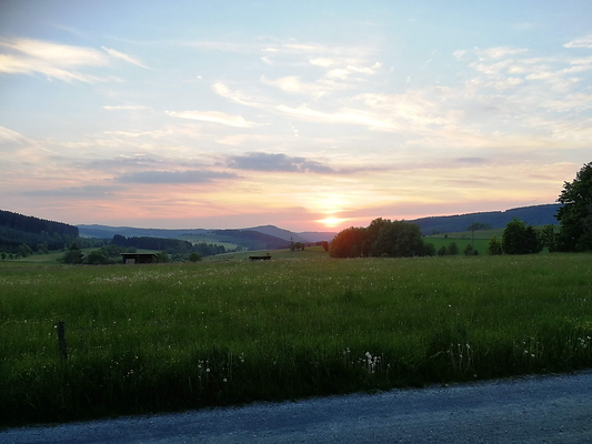 Gartenblick ins Tal mit Sonnenuntergang