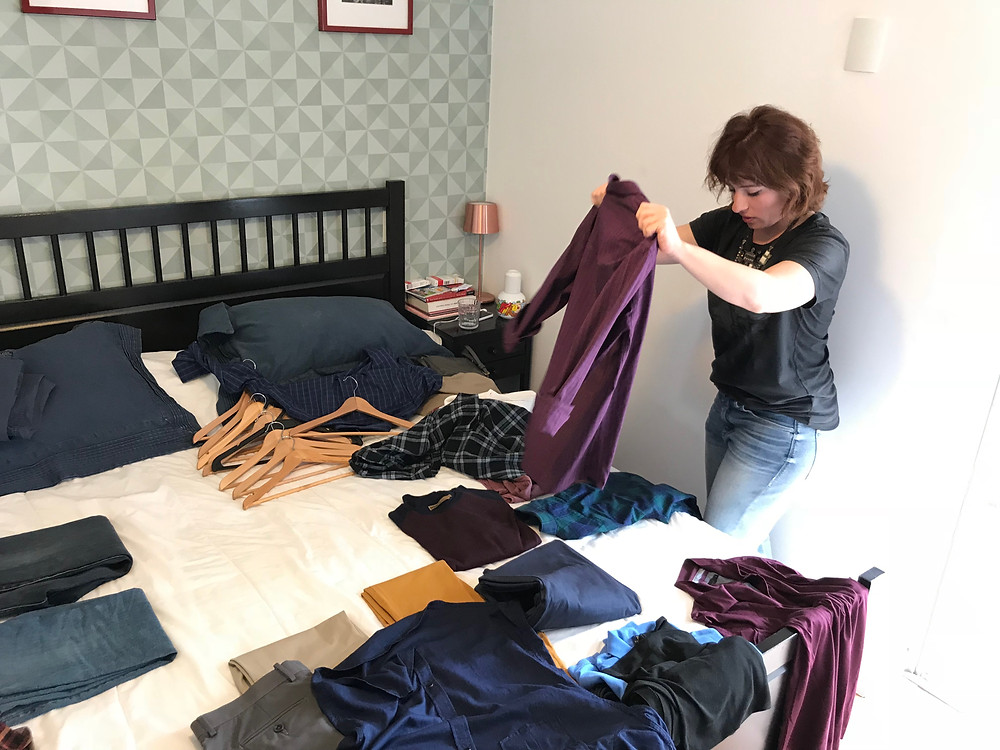 Karina fazendo a triagem das roupas de um cliente