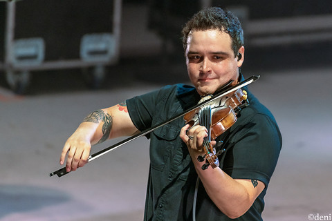 Damian Green, Aaron Watson Band, Whitewater Amphitheater, New Braunfels, Texas, 08/03/2019, August 3 2019, fiddle, fiddler, violin, violinist, strings, Texas Country Music, The Orphans of the Brazos, Bandera, Vaquero, The Honky Tonk Kid, The Underdog, band, band member, tour, concert, live music, Denise Enriquez, photography by deni, deni