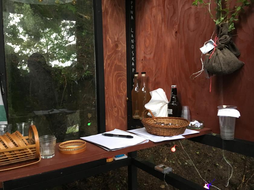i prosjektet Smallest Bar, Biggest Tree ble publikum invitert til å bytte en historie fra eget liv mot en drink