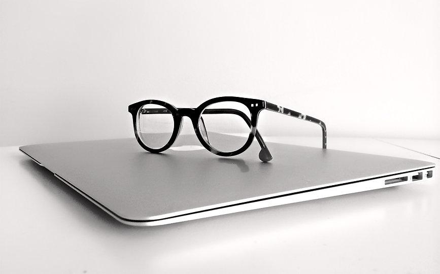 apple-computer-eyeglasses-159417.jpg