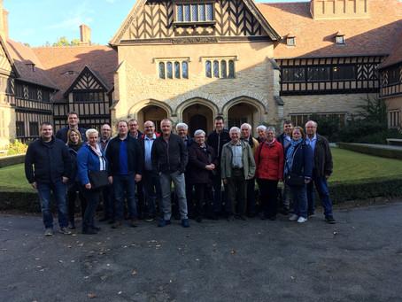 Die Gruppe vor dem Schloss Cecilienhof