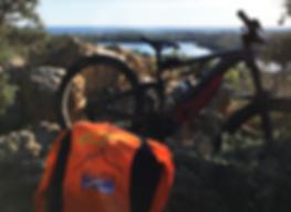 bici thok e maglietta liguria bike adventure con paesaggio