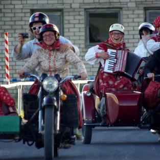Kihnu naised kannavad mootorrataga sõites kiivreid!