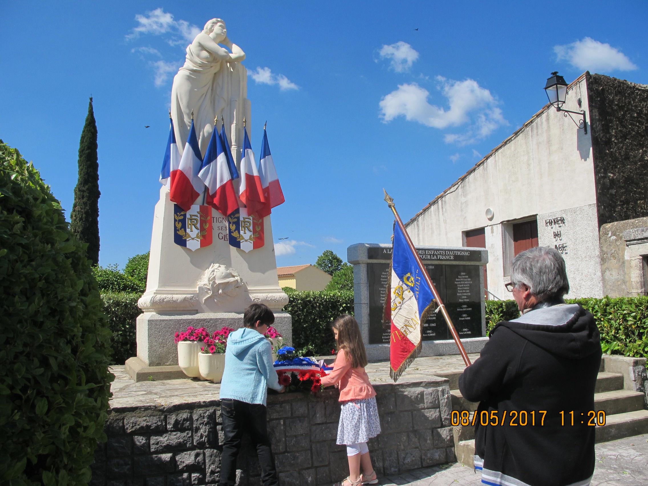 enfant gerbe porte drapeau