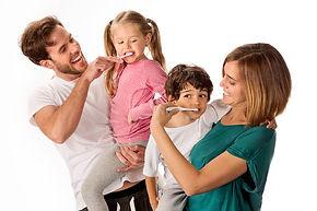 familia-limpiandose-dientes (1).jpg