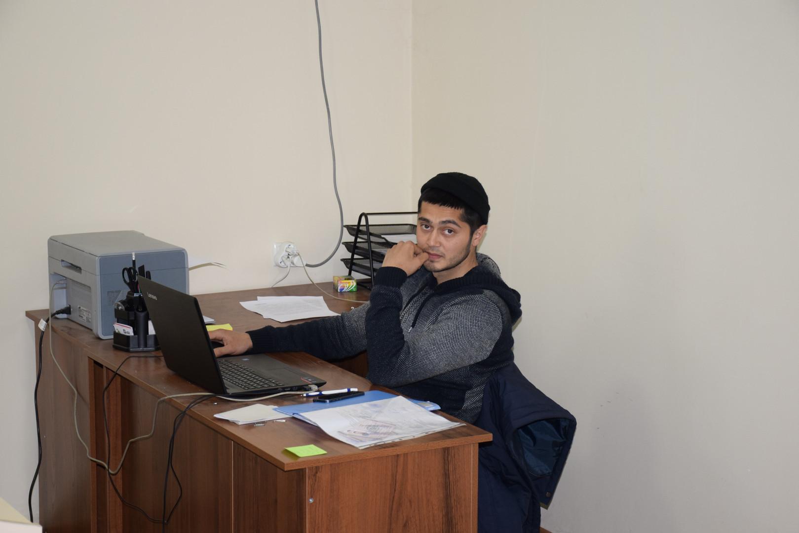 Sardor bei der Arbeit