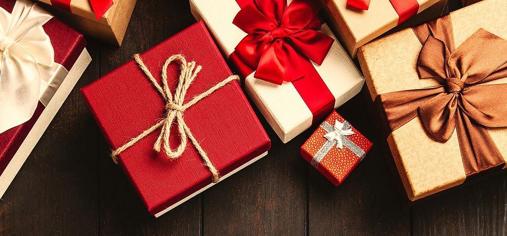 Caixas de presentes de natal no chão.