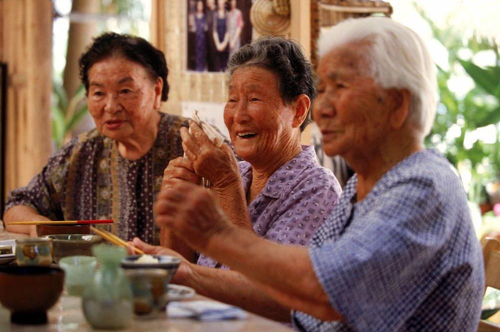 Moradores de Okinawa, uma das Blue Zones