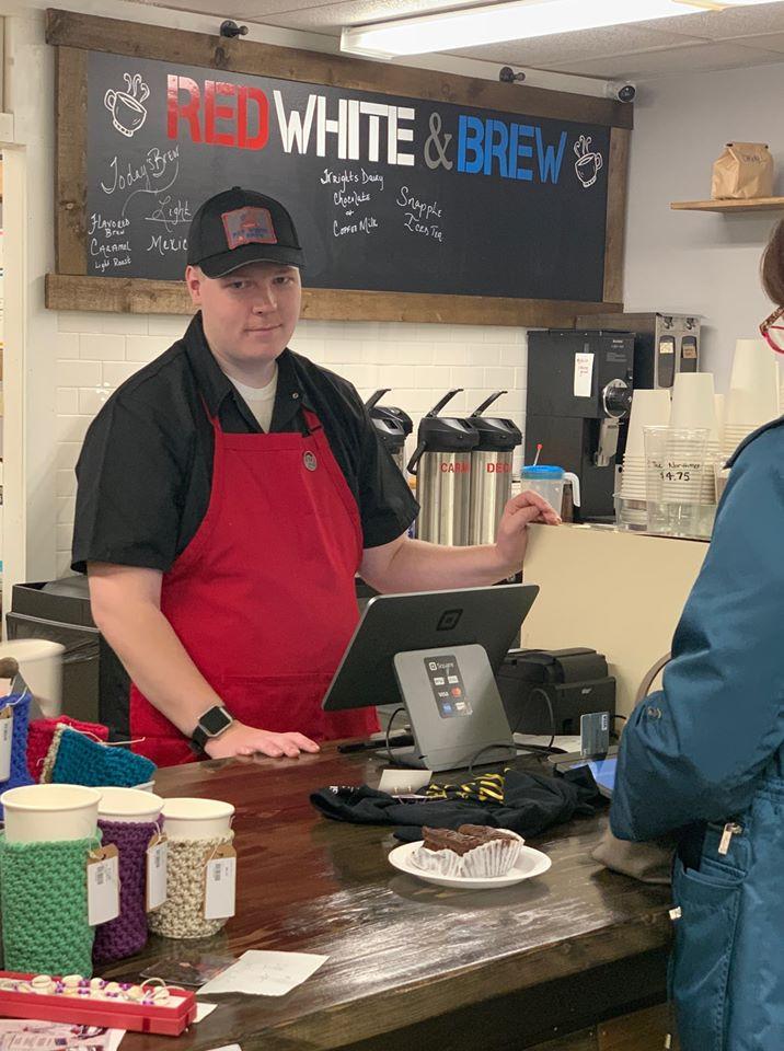 Michael Coyne atendendo em sua cafeteria.