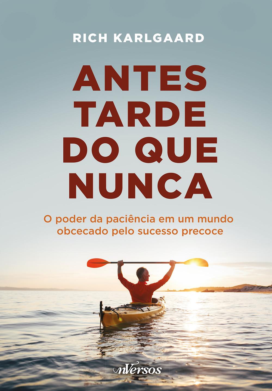 """capa do livro """"Antes tarde do que nunca"""" em que tem um homem em posição de vitória em um barco."""