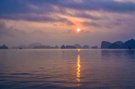 Sunrise in Ha Long Bay.jpg
