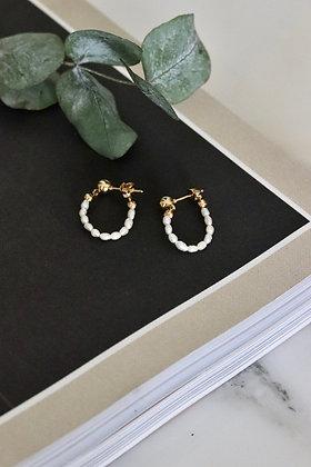 Handegemachte Ohrringe aus vergoldeten Steckern und Süßwasserperlen