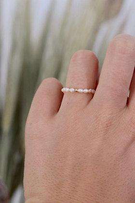 Ring aus Süßwasserperlen mit vergoldetem Detail