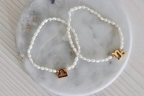 Verschiedene vergoldete Sternzeichen auf  Armband mit Süßwasserperlen