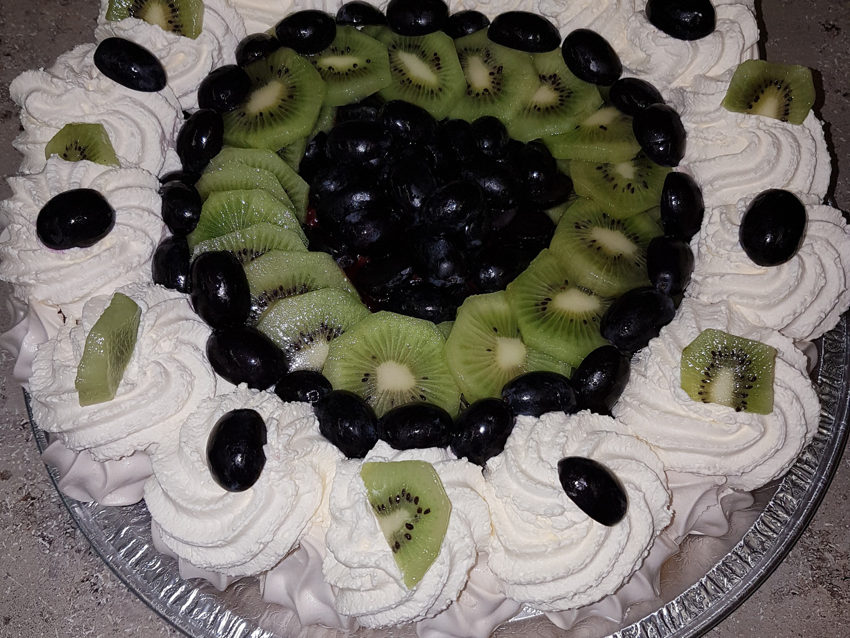 Kiwi pavlova dessert.jpg