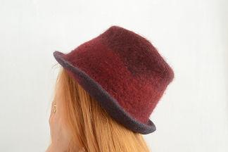 chapeau rouge en laine feutrée fait main par Rasmania