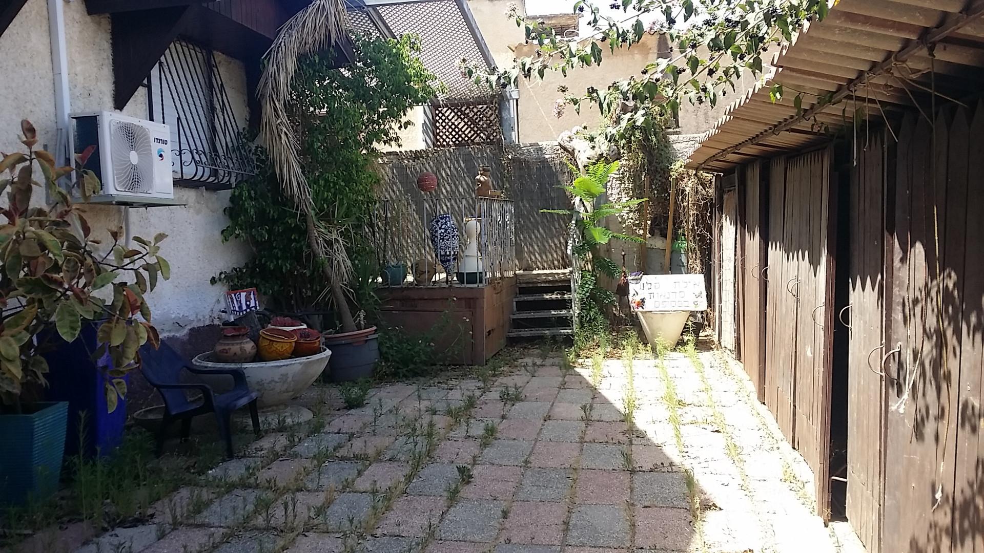 חצר הכניסה מכיוון החניה