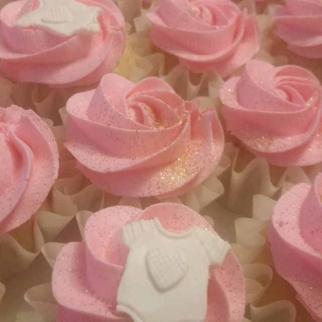 Baby shower cupcakes .