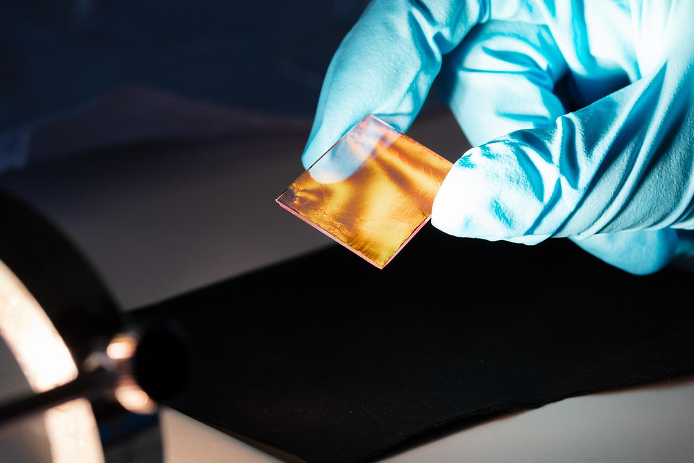 Ultra-thin layer of spherical hydrogel cores with gold particles transferred to a glass substrate.  @ HHU / Christoph Kawan