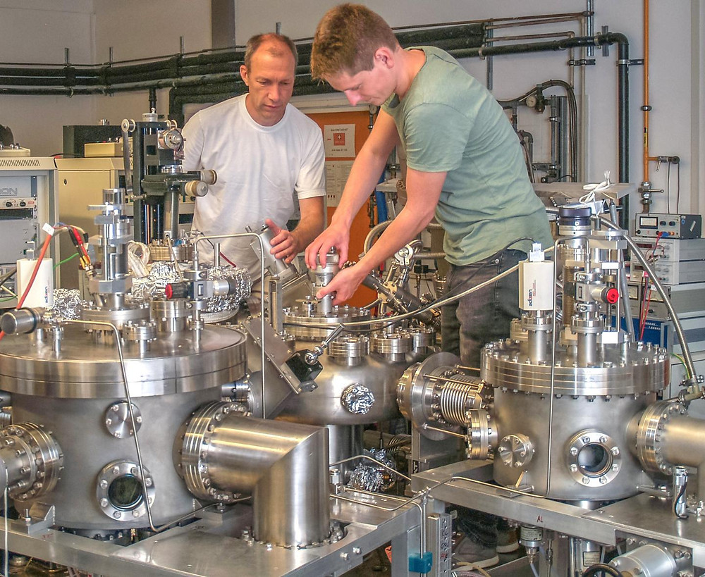 Dr. Martin Jourdan and Bachelor degree student Moritz Krämer coating non-magnetic steel with various magnetic films, each 20 nanometers thick, using the coating apparatus at JGU's Institute of Physics. @ Martin Jourdan