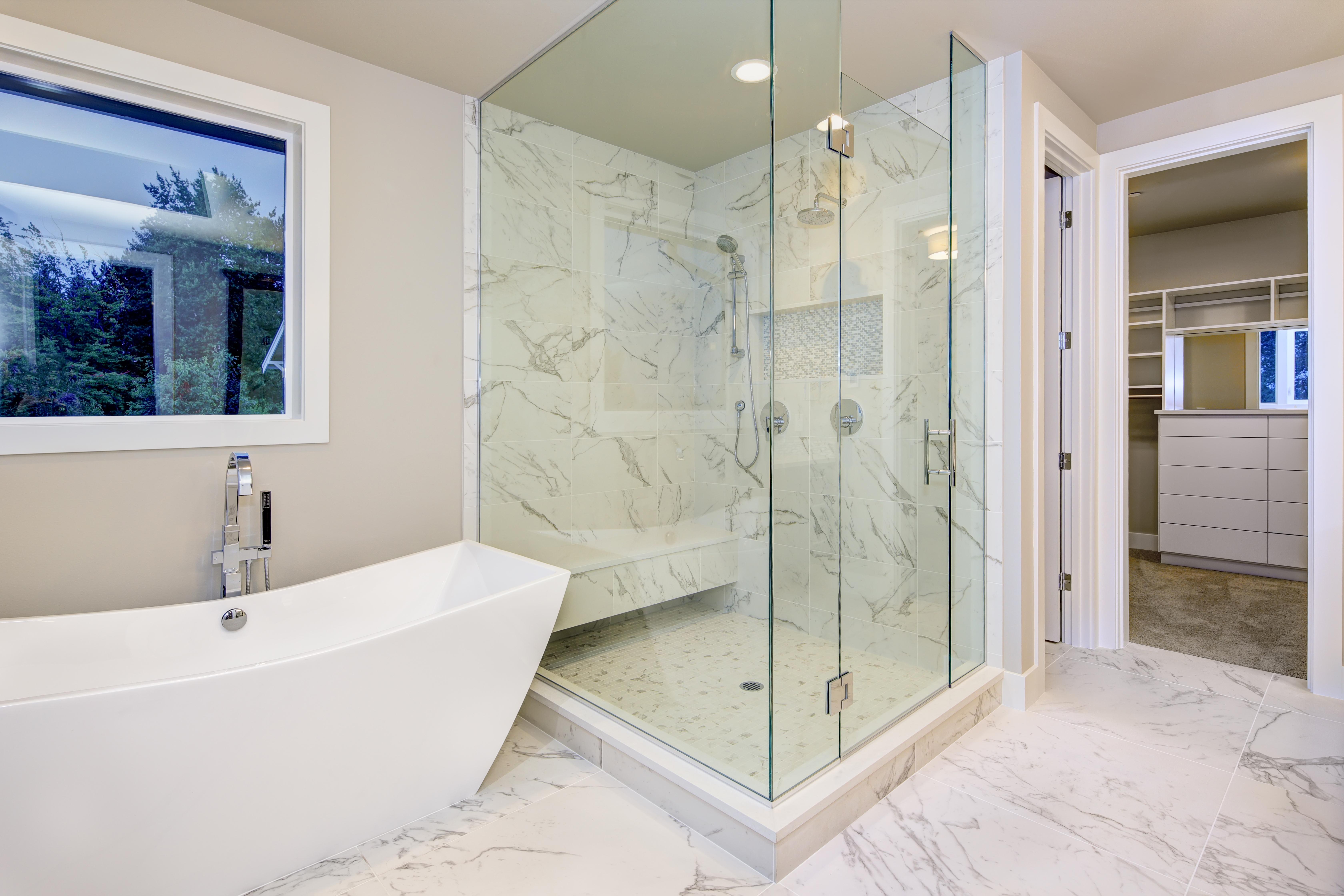 großzügige Duschanlage