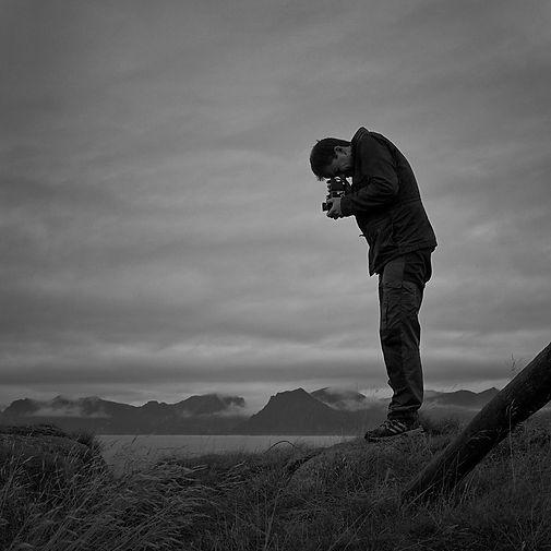 Fotograf Ronny Østnes i aksjon i norsk natur