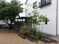 玄関横の植栽スペースは枕木との組み合わせがアクセントになっています。