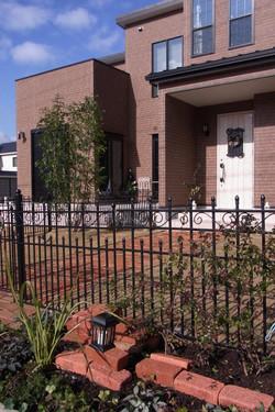 フェンス前には低木と宿根草を植栽。