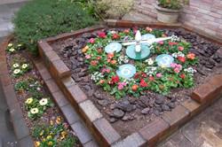 エントランス横の花壇は季節の花を植えています