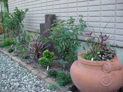 裏庭へのアプローチ脇花壇