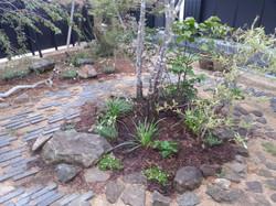 石で自然に囲った植栽スペース