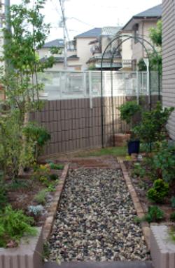 砂利やアンティークレンガの素材が庭に表情をつけています
