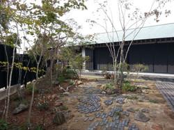 施工後全景。古道の雰囲気が感じられるお庭になりました。