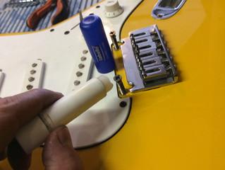 Como ayudar a mantener tu guitarra tipo Strato afinada