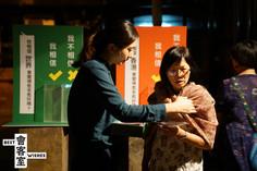 //...演員不斷把100位受訪者的內容交替地讀出,讓我感到很有共鳴也有陌生的感覺。讓我對「香港人」認識深了。 //