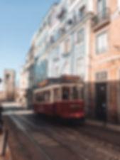 Lisbonne tram rouge et maisons colorées
