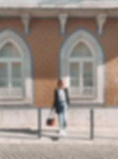 Expatriée au Portugal - A millenniale girl devant une maison de tuiles colorées