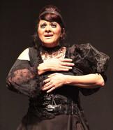 Margarida pulsa no peito da atriz.