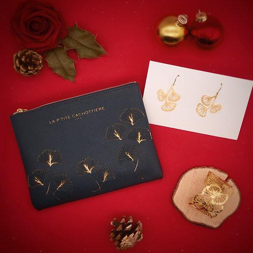 La parure de bijoux et sa pochette.