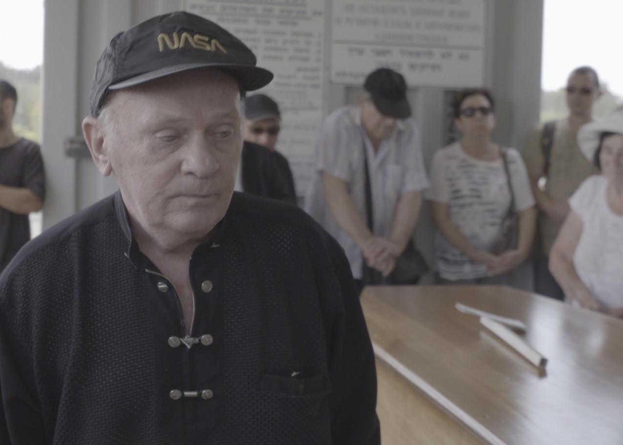 אדוארד קוזניצוב בהלוויה של מארק דימשיץ זל - מתו הסרט מתוך הסרט מבצע חתונה באדיבות הערוץ הראשון