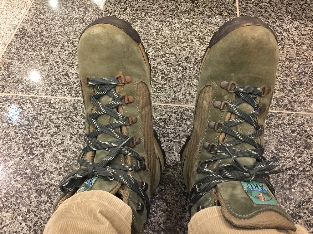 20年前に富士山頂に登ったときの登山靴、てっきりこれで八甲田OKかと思いましたが、ガイドさんからNG!この靴は夏用・・・とのことで↑