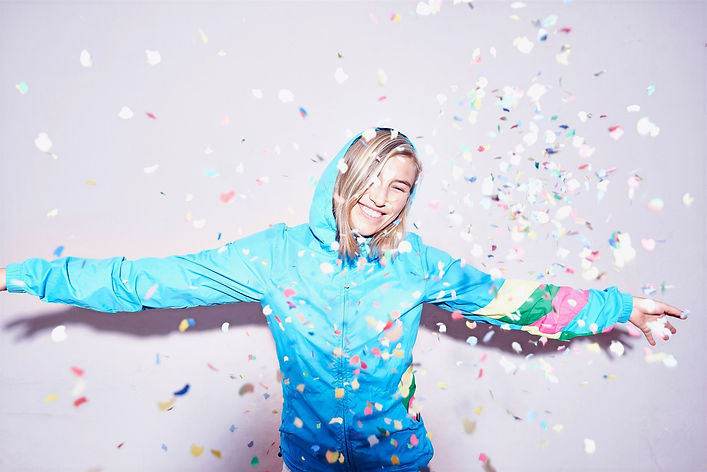Nöjd och glad ung kvinna som visar på StreamStone Relations bredd i sitt tjänsteutbud