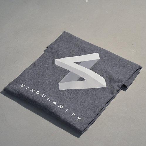 T-shirt gris foncé logo clair plié face