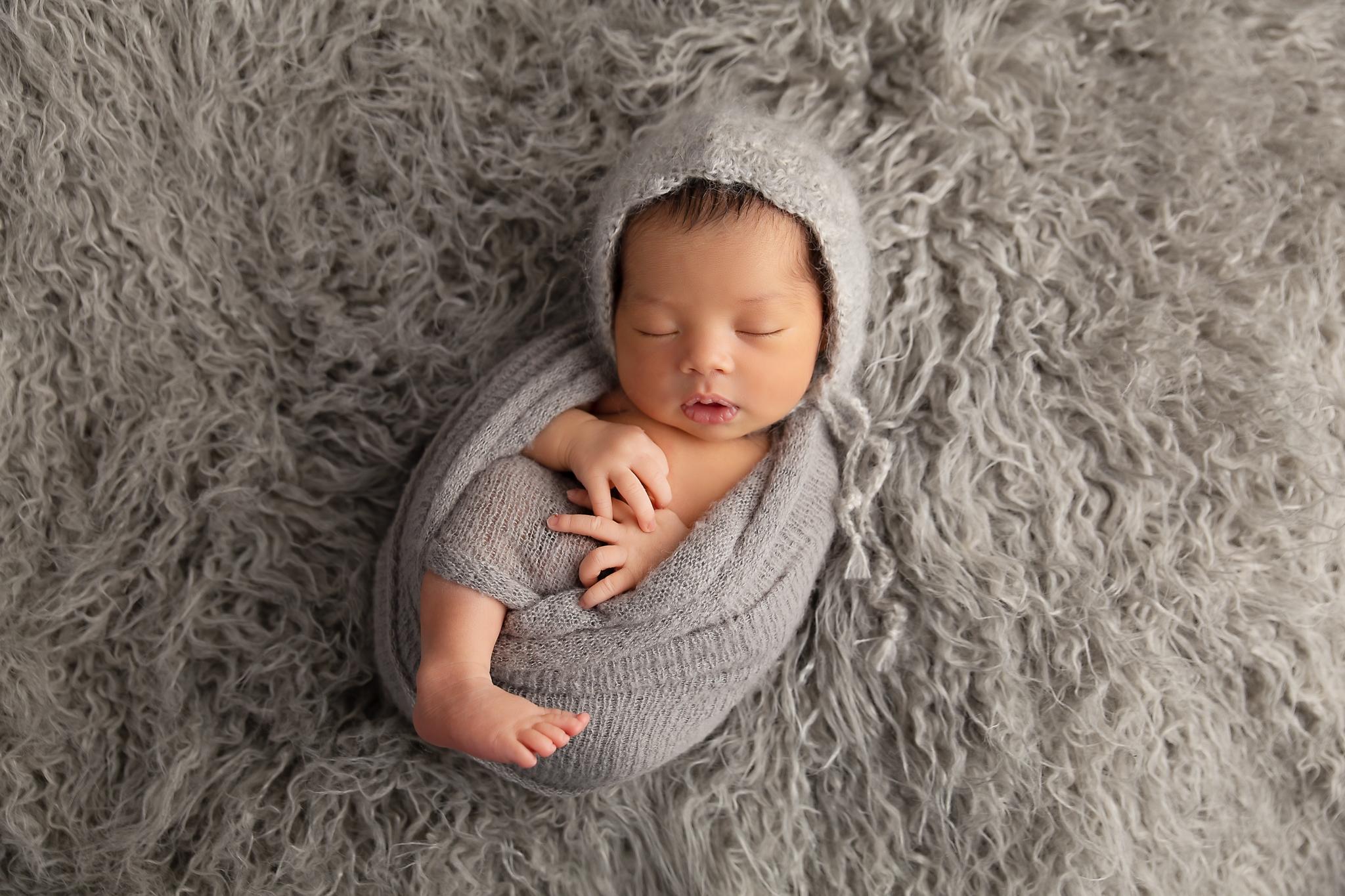 newborn photo with bonnet